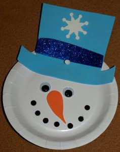 Om de zăpadă din farfurie de carton